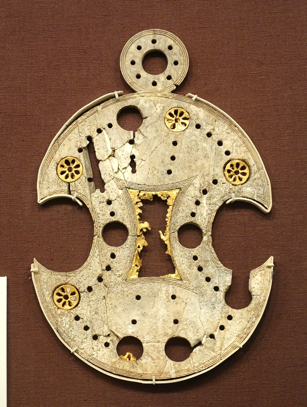 58 Holes Megiddo,_Stratum_VIIA,_Late_Bronze_IIB,_1300-1200_BC,_ivory_and_gold_-_Oriental_Institute_Museum,_University_of_Chicago_-_DSC07719
